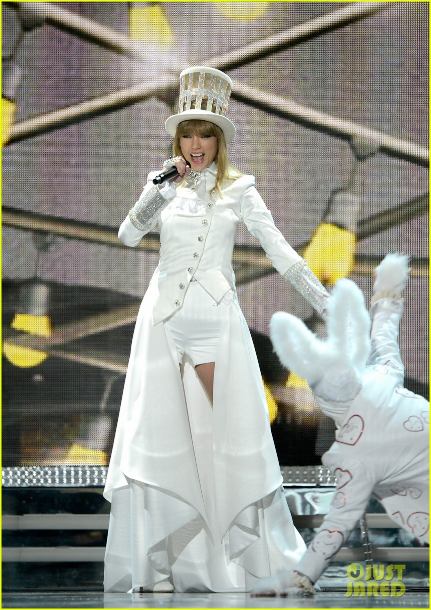 taylor swift grammys 2013 performance watch now 01