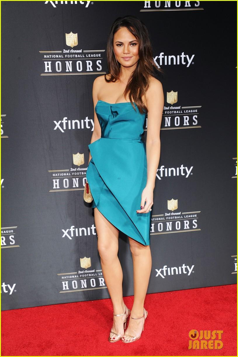 chrissy teigen hilaria thomas wear same dress to nfl honors 2013 01