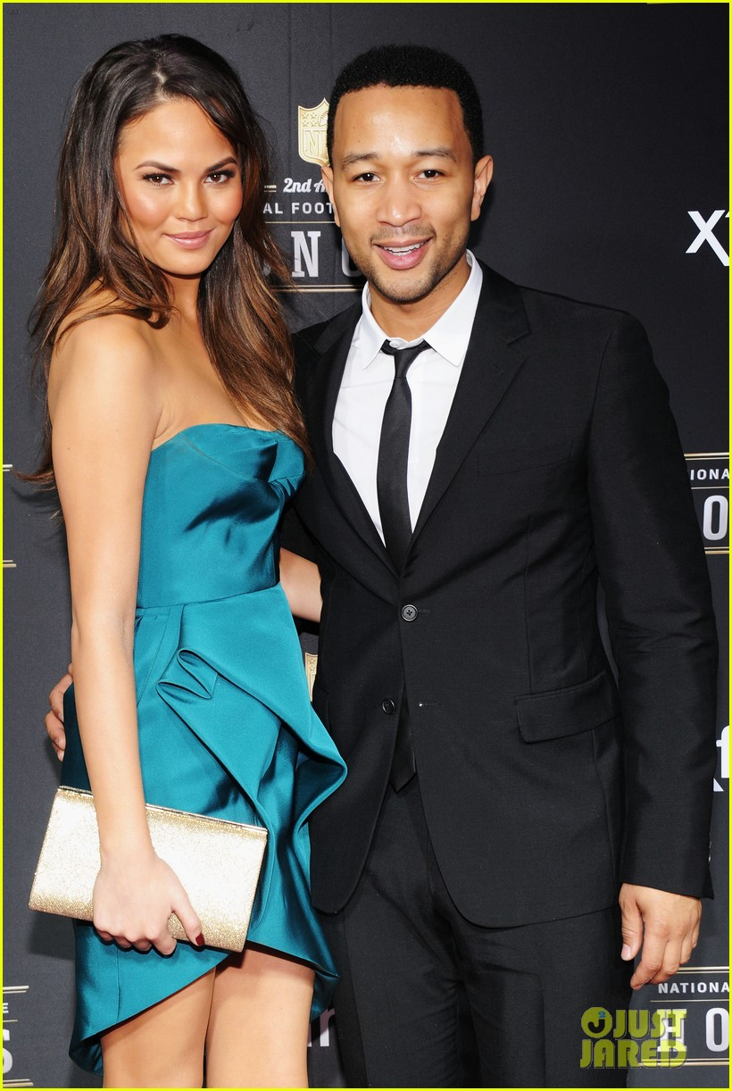 chrissy teigen hilaria thomas wear same dress to nfl honors 2013 02