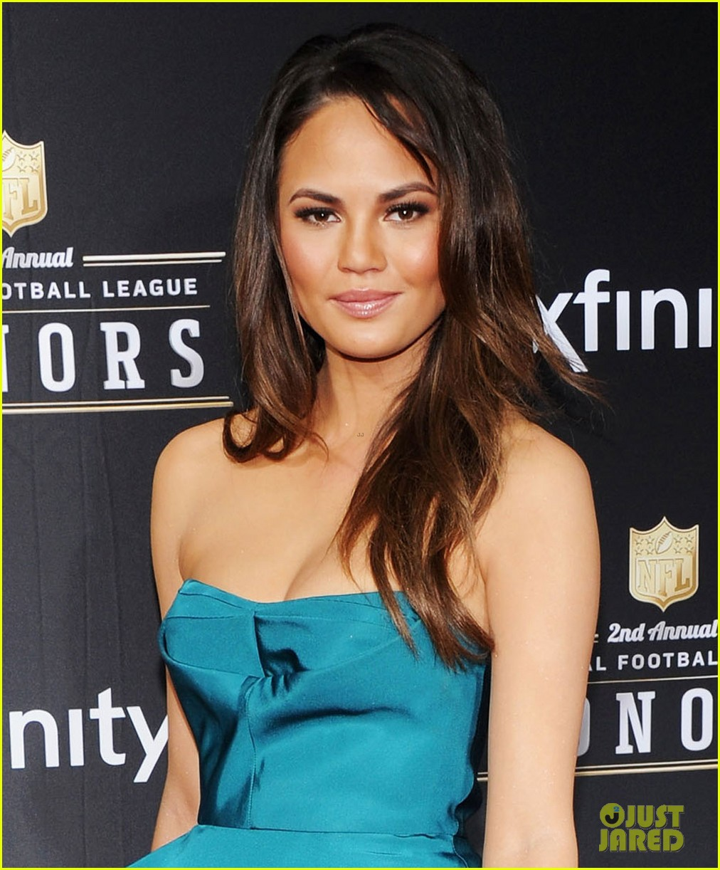 chrissy teigen hilaria thomas wear same dress to nfl honors 2013 062803520