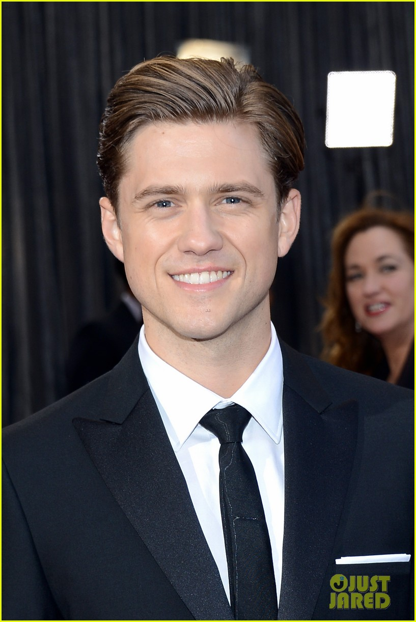 aaron tveit oscars 2013 red carpet 06