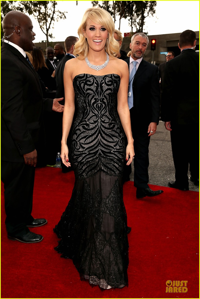 carrie underwood grammys 2013 red carpet 05