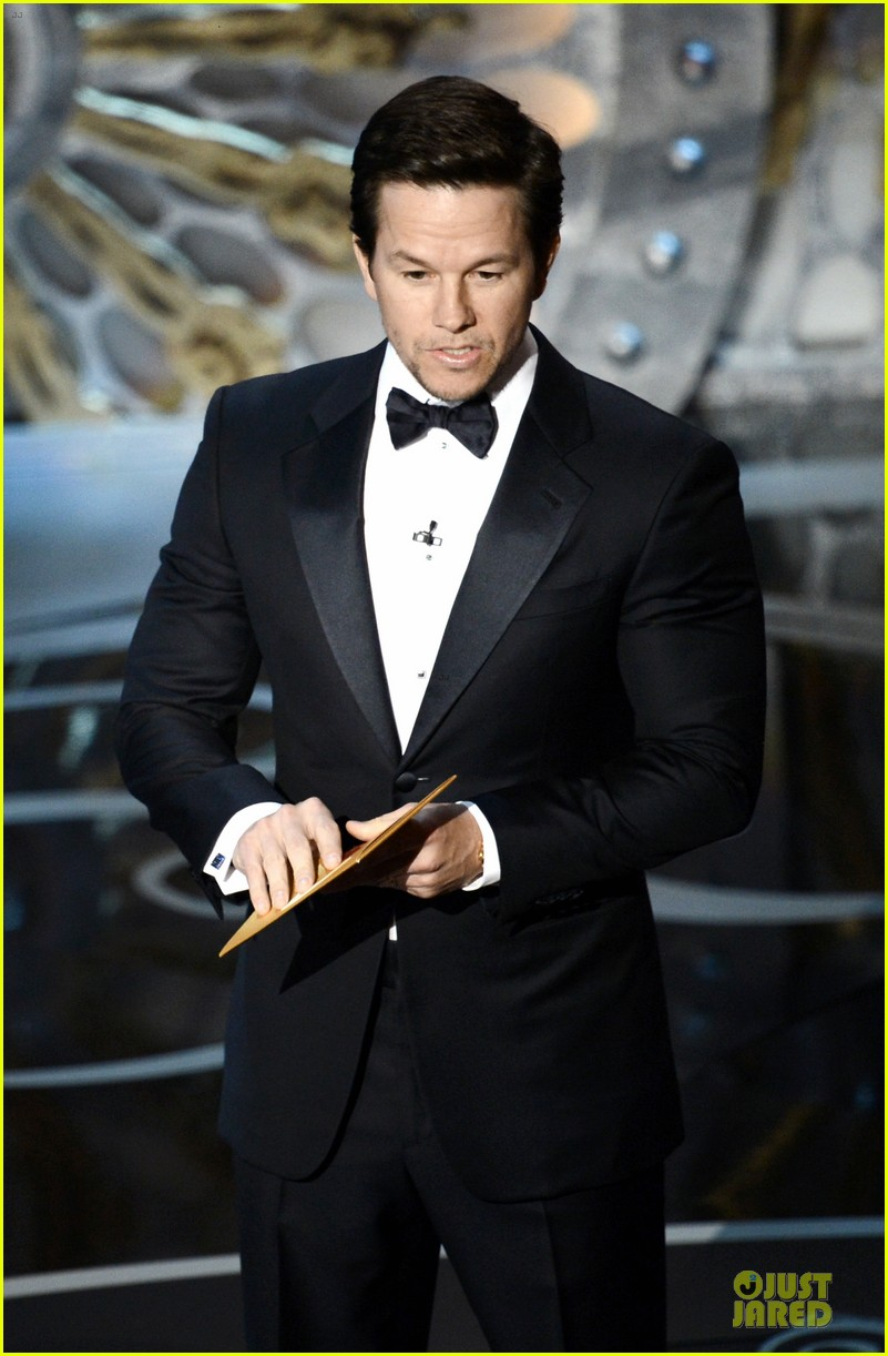 mark wahlberg oscars 2013 presenter 01