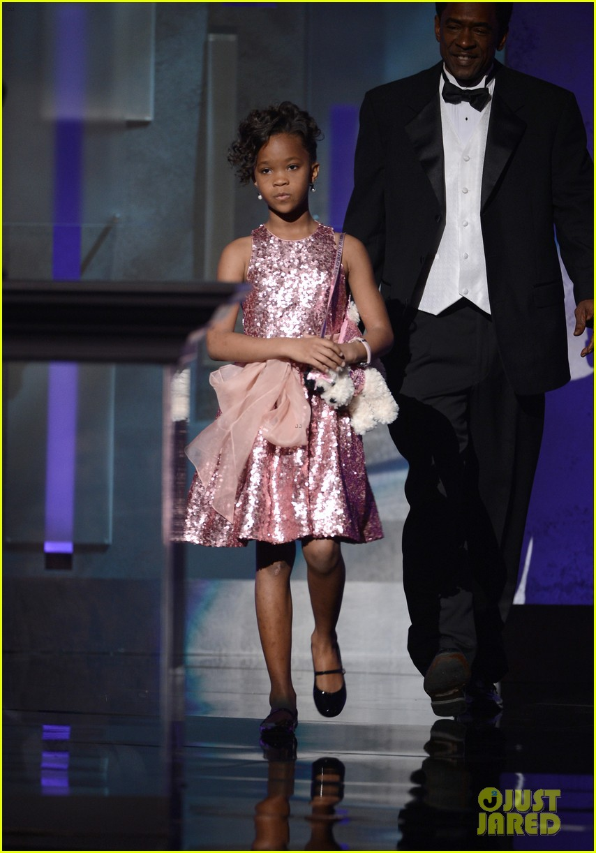 quvenzhane wallis accepts viola davis naacp award 01