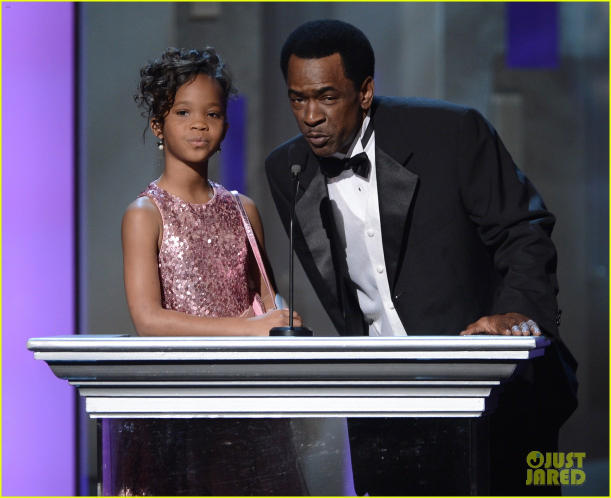quvenzhane wallis accepts viola davis naacp award 11