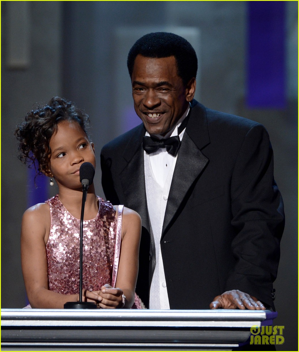 quvenzhane wallis accepts viola davis naacp award 12