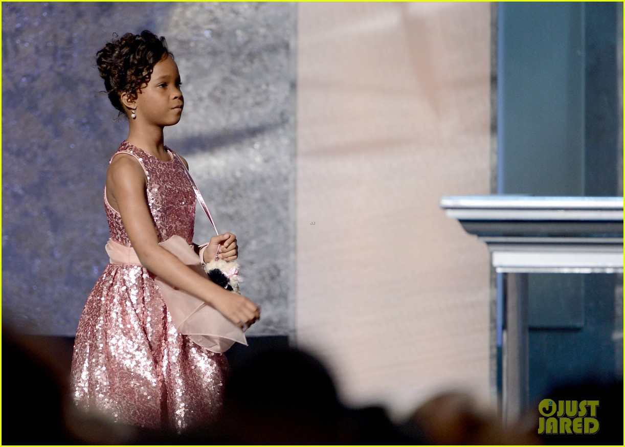 quvenzhane wallis accepts viola davis naacp award 17
