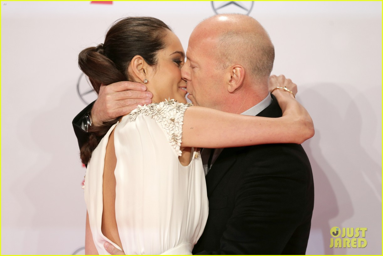 bruce willis emma heming die hard red carpet kiss 04