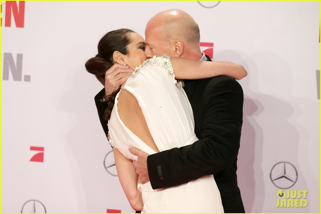 bruce willis emma heming die hard red carpet kiss 08