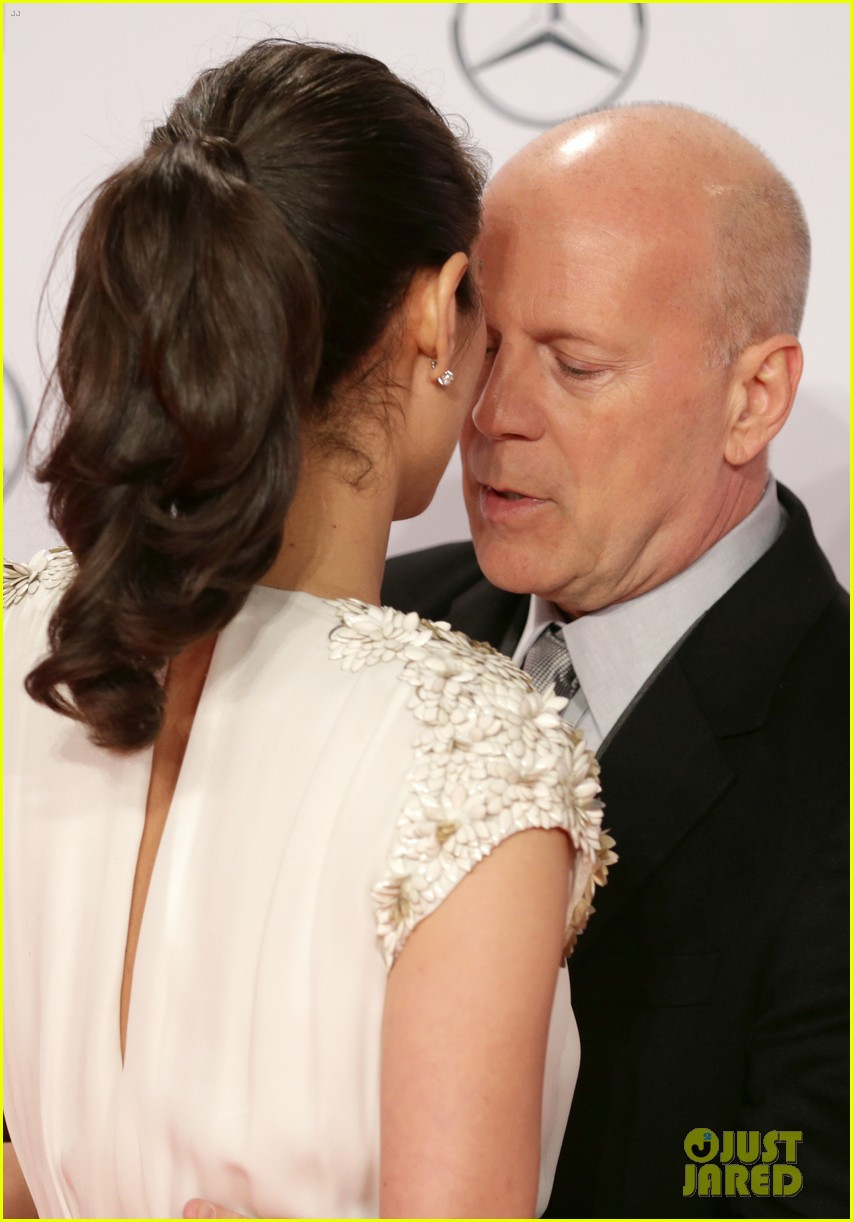 bruce willis emma heming die hard red carpet kiss 12