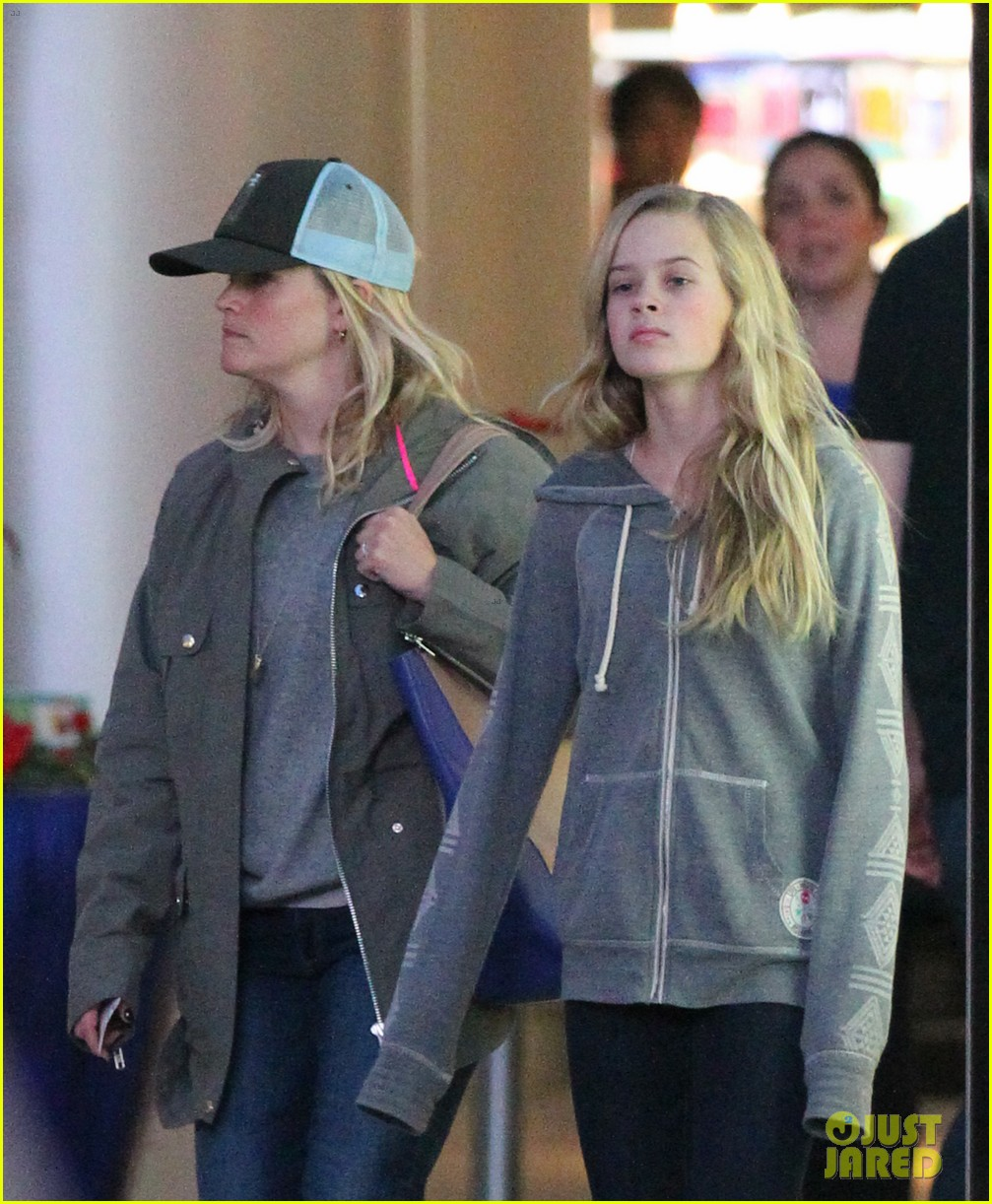 reese witherspoon shopping with ava 022803847