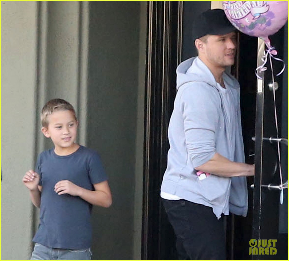 reese witherspoon hits salon ryan phillippe hangs with deacon 09