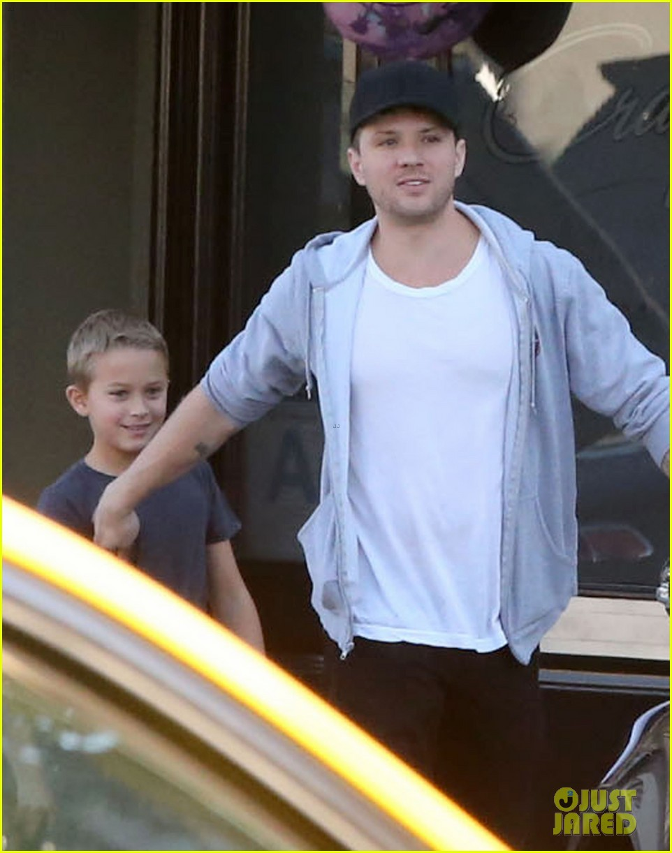 reese witherspoon hits salon ryan phillippe hangs with deacon 11