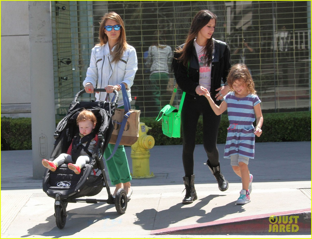 jessica alba le pain quotidien lunch with the kids 212840953