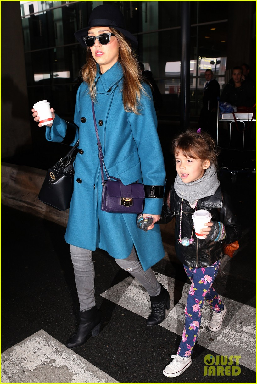 jessica alba paris arrival with honor 01