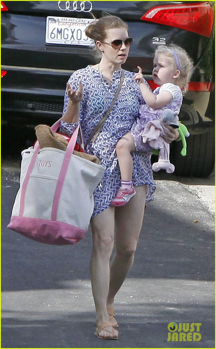 amy adams pool party with daughter aviana 11