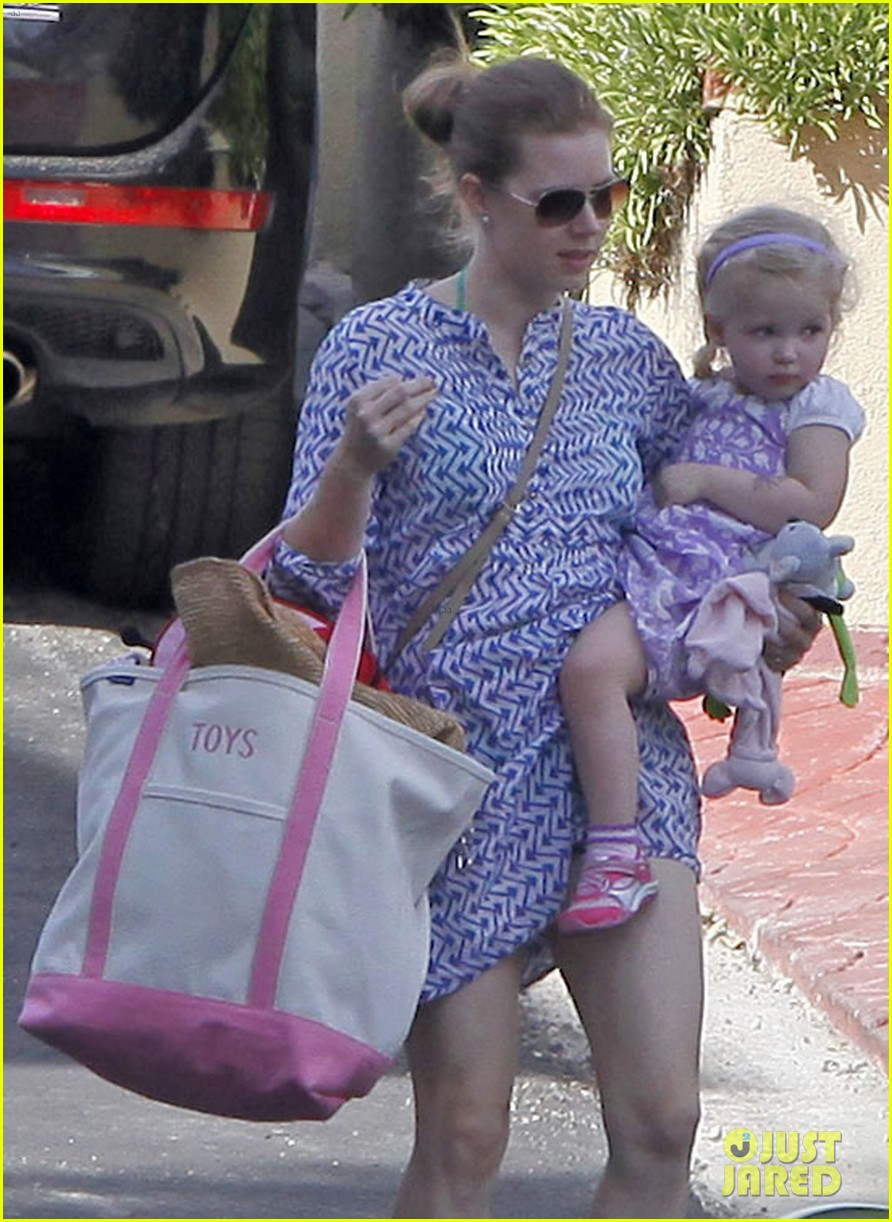 amy adams pool party with daughter aviana 152824121