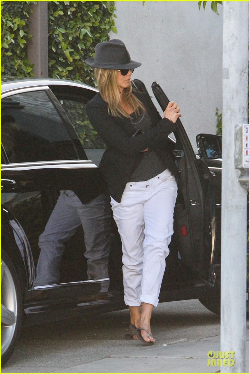 jennifer aniston justin theroux furniture shopping duo 072836204