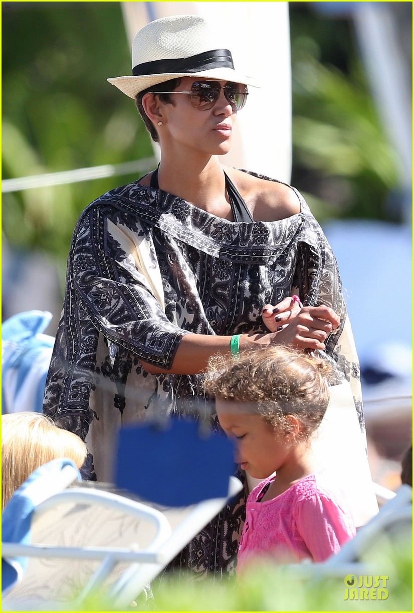 halle berry nahla henna tattooing mother daughter duo 01