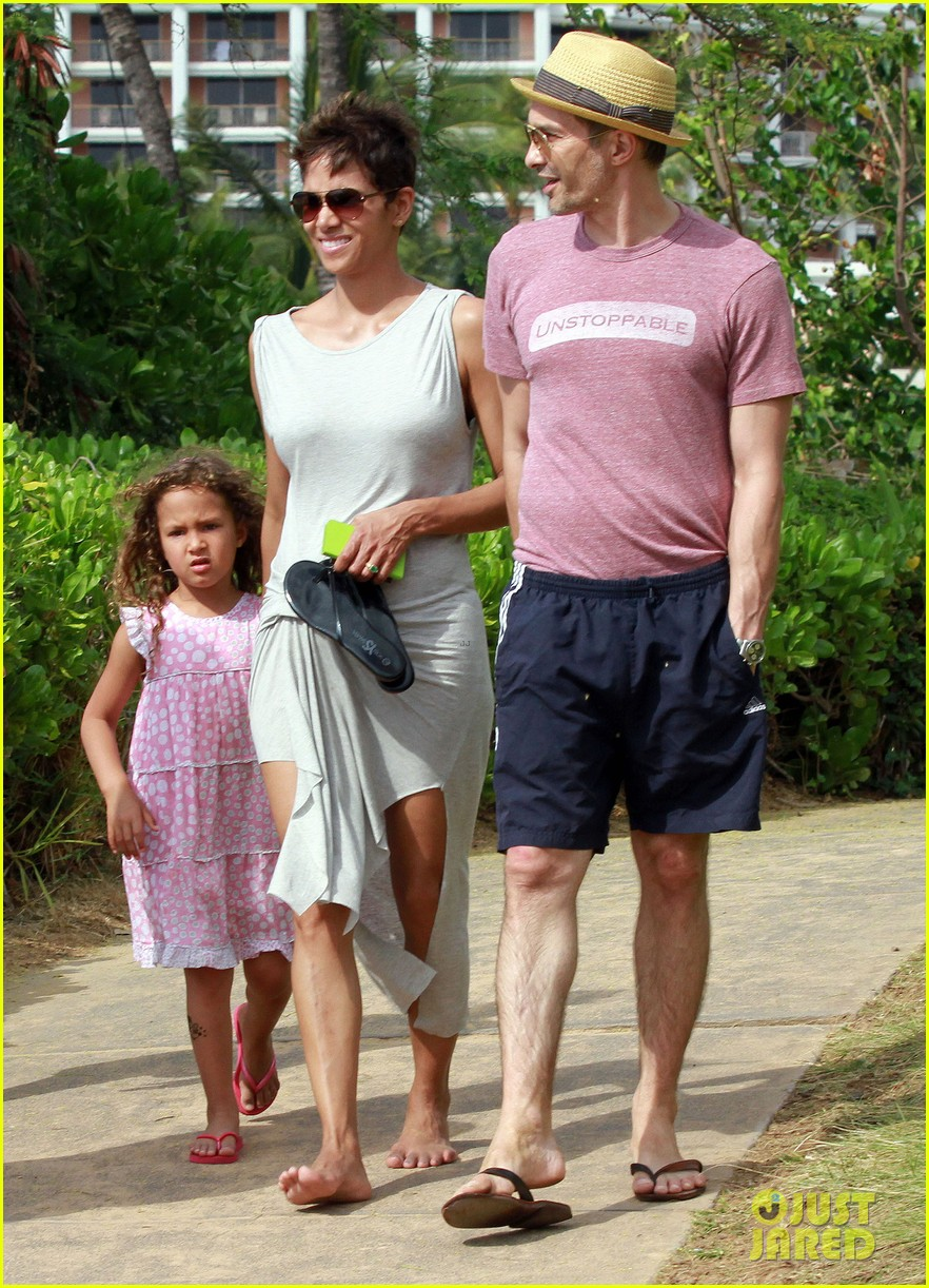 halle berry olivier martinez maui beach stroll with nahla 05