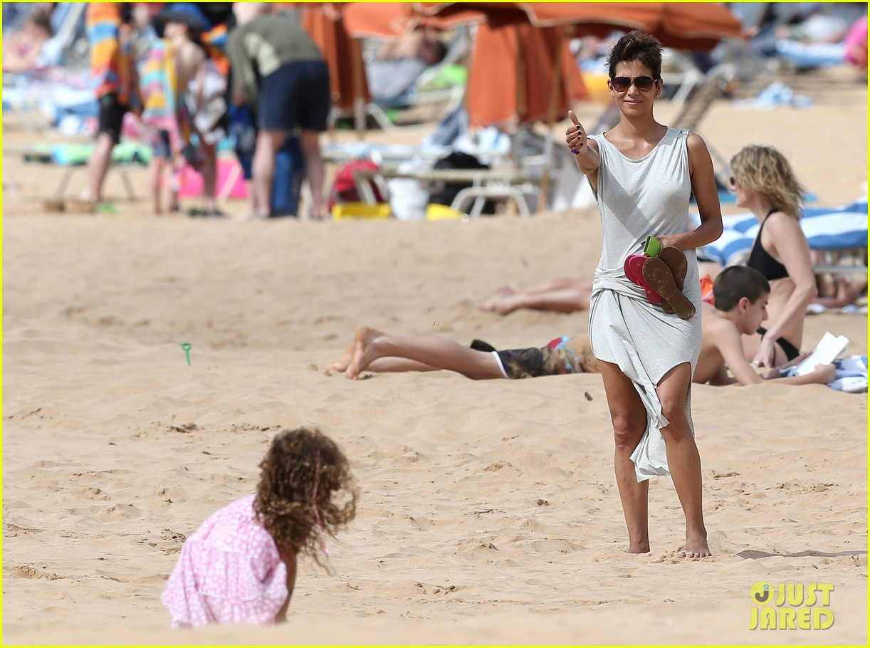 halle berry olivier martinez maui beach stroll with nahla 08
