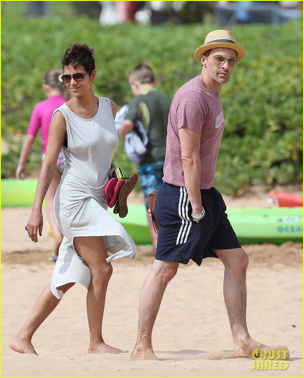 halle berry olivier martinez maui beach stroll with nahla 112839087