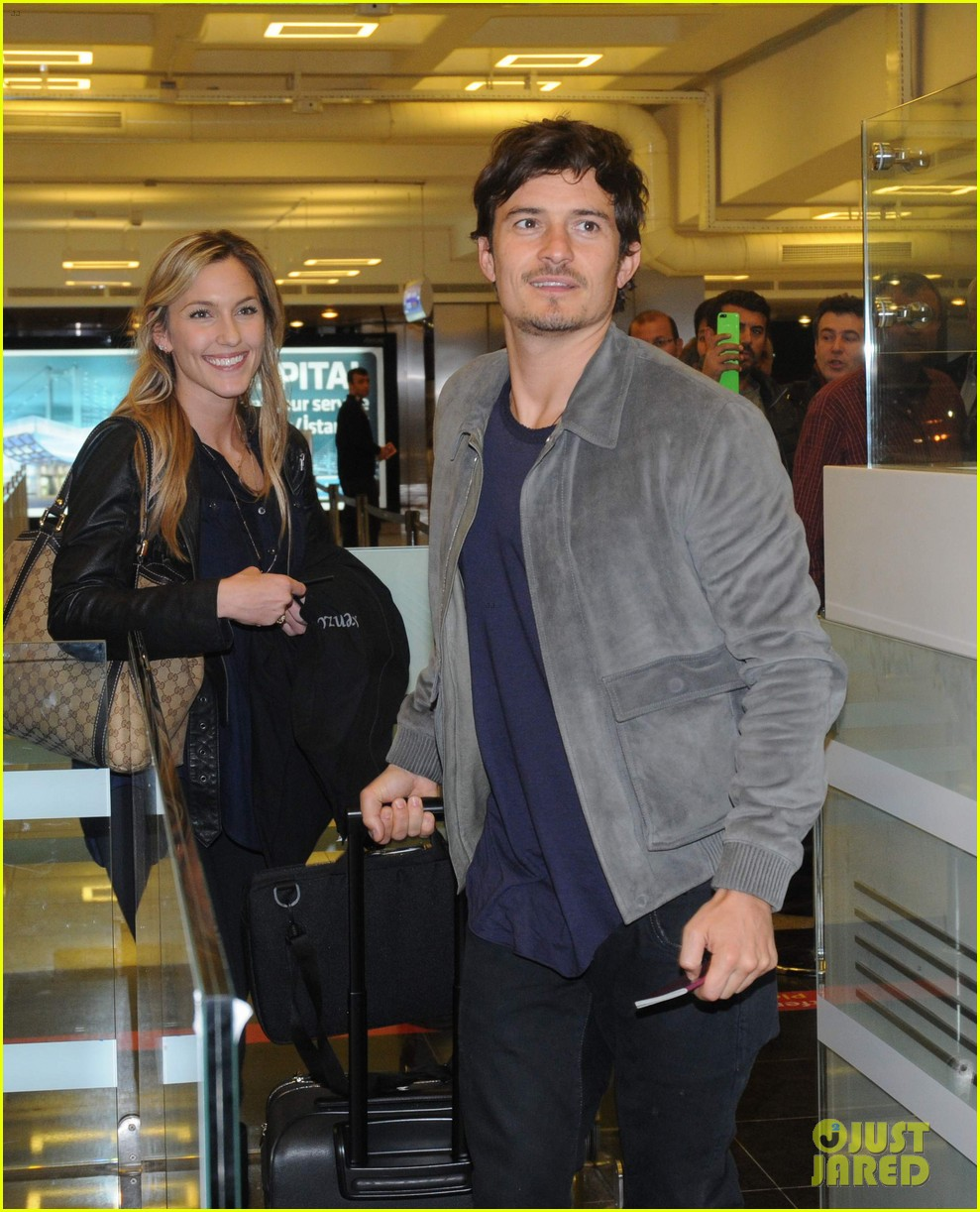 orlando bloom greeted by fans at airport in istanbul 01
