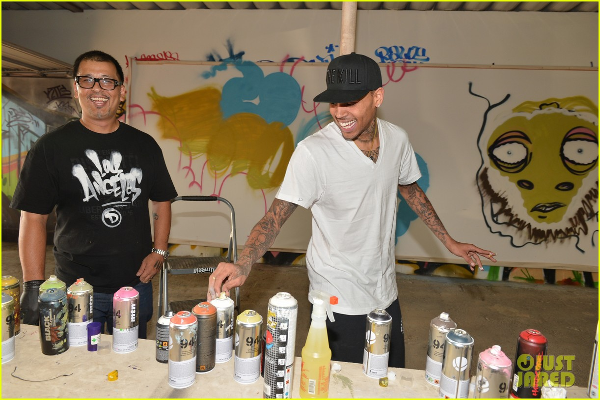 chris brown creates graffiti artwork for charity 042832854