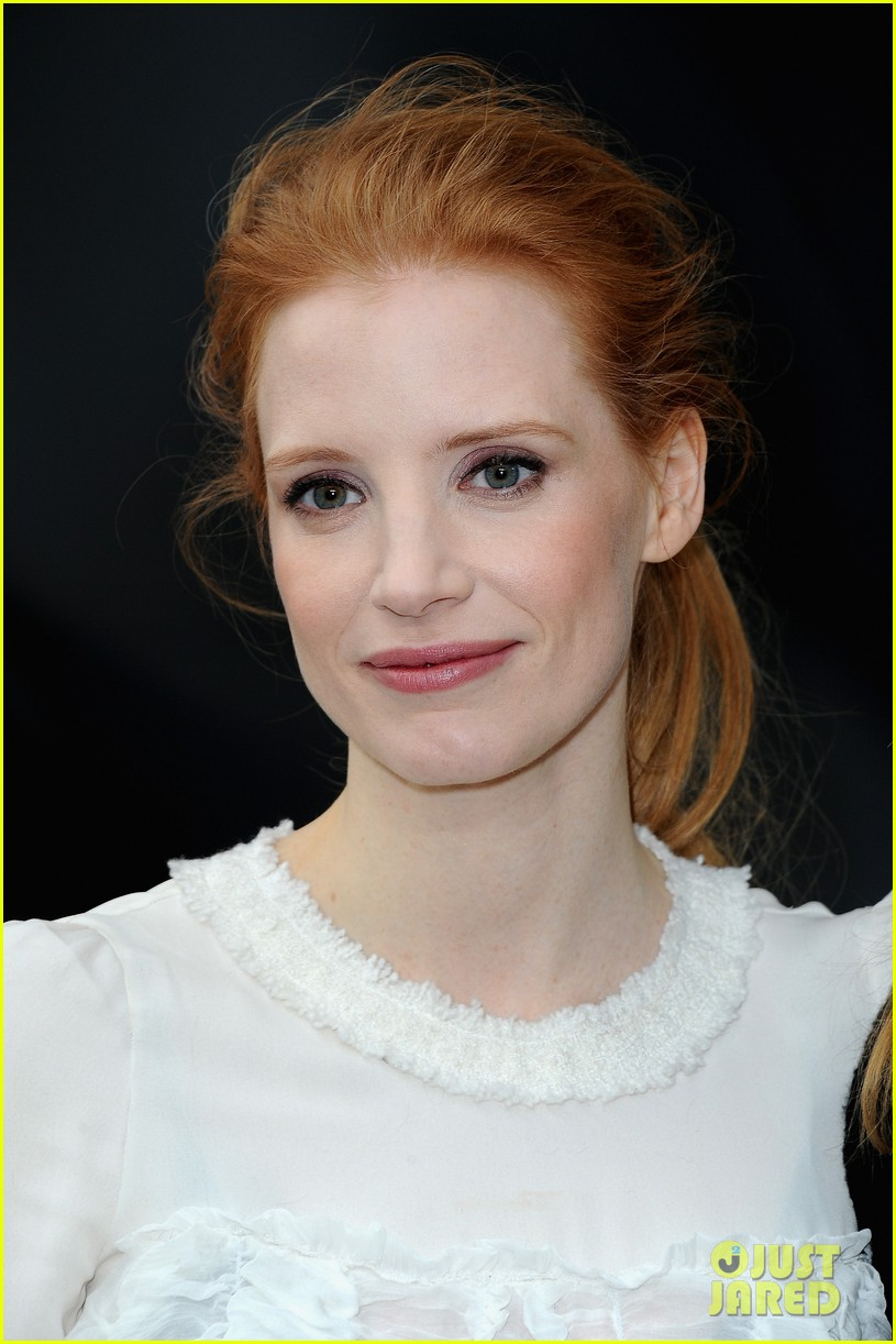 jessica chastain milla jovovich chanel fashion show 032825382