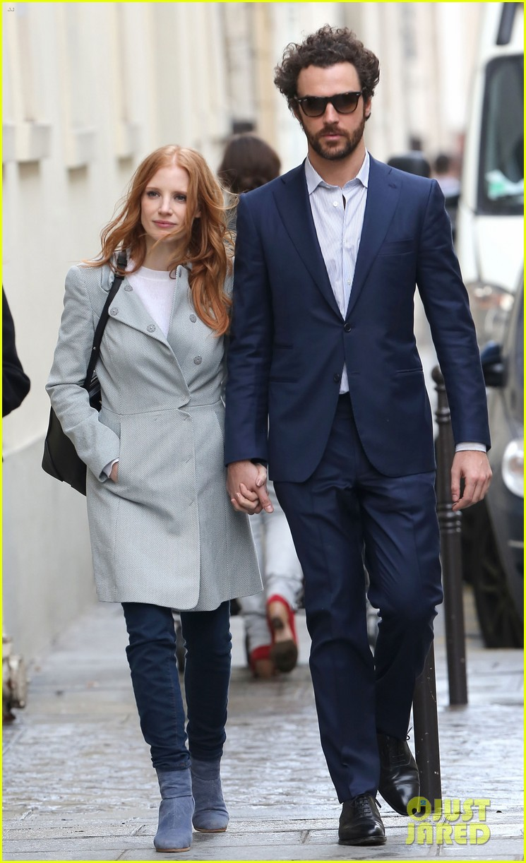 jessica chastain gian luca passi de preposulo hold hands in paris 19