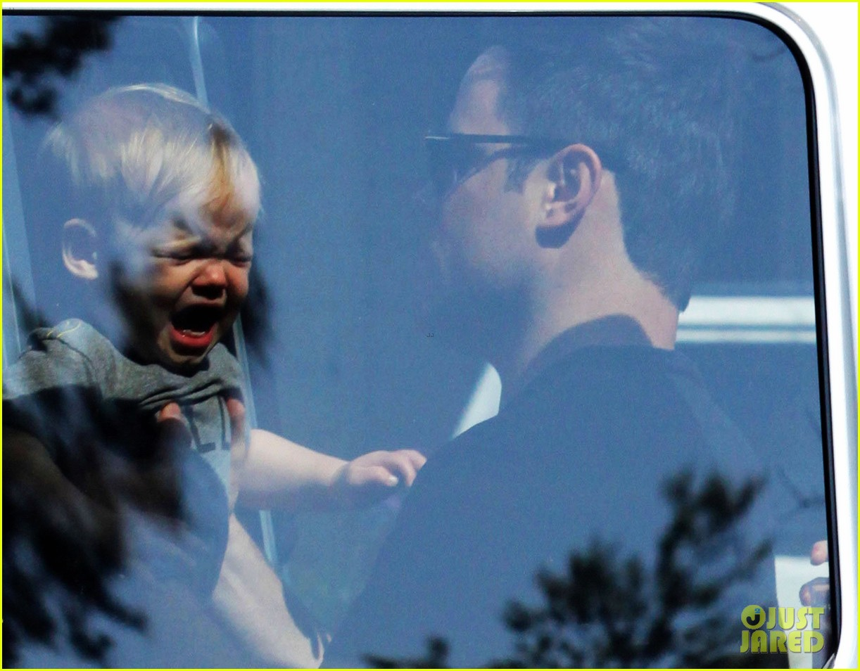 hilary duff mike comrie charlies pantry with baby luca 02