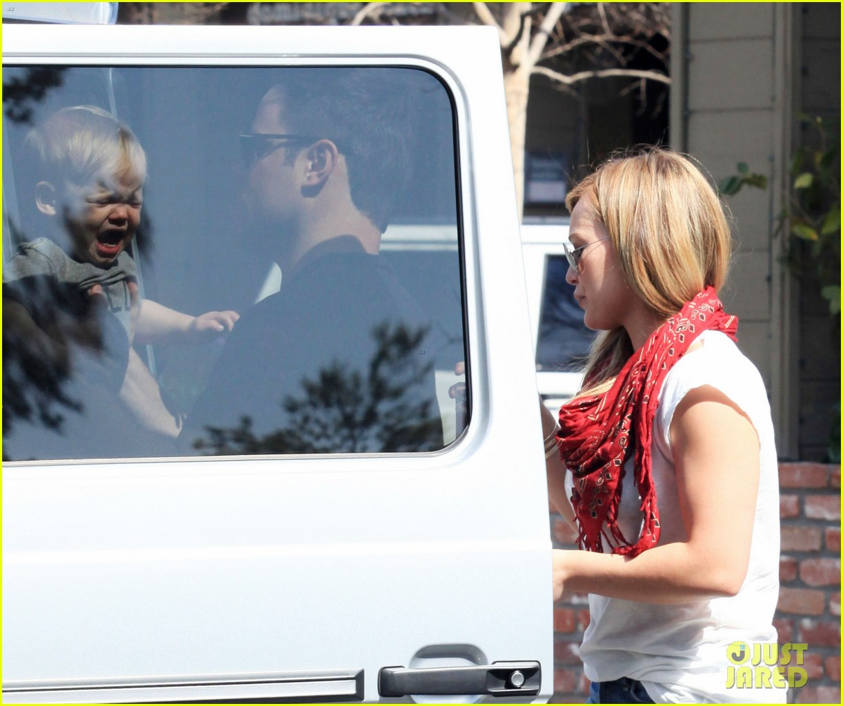 hilary duff mike comrie charlies pantry with baby luca 03