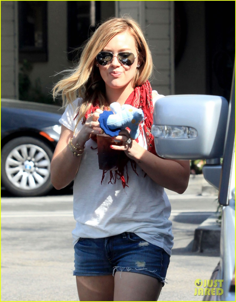 hilary duff mike comrie charlies pantry with baby luca 09