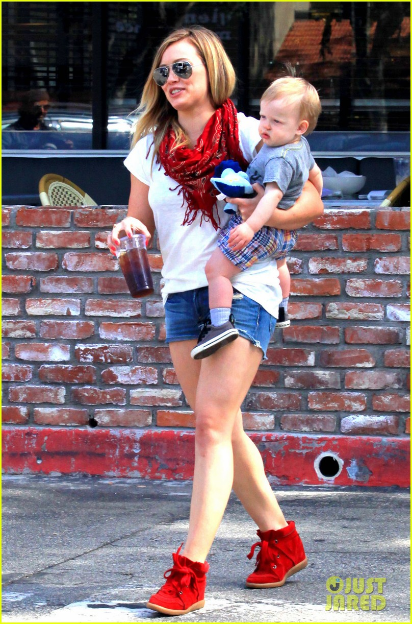 hilary duff mike comrie charlies pantry with baby luca 102837545