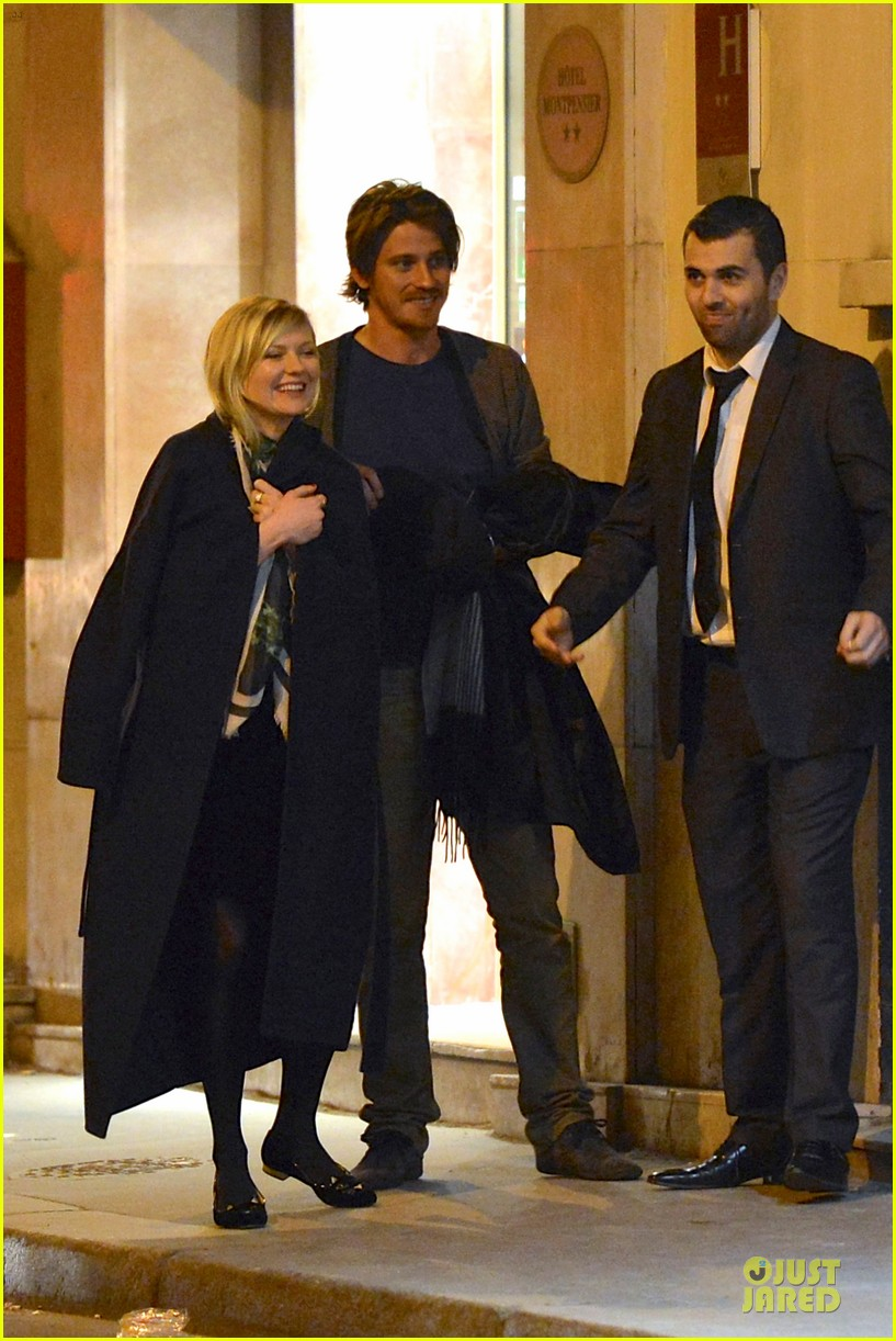 kirsten dunst garrett hedlund paris strolling couple 02
