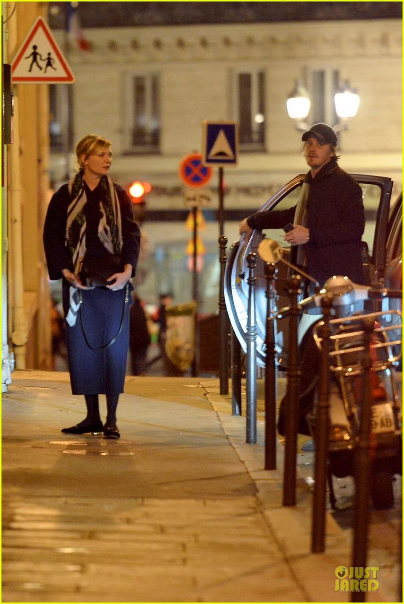 kirsten dunst garrett hedlund paris strolling couple 052825651