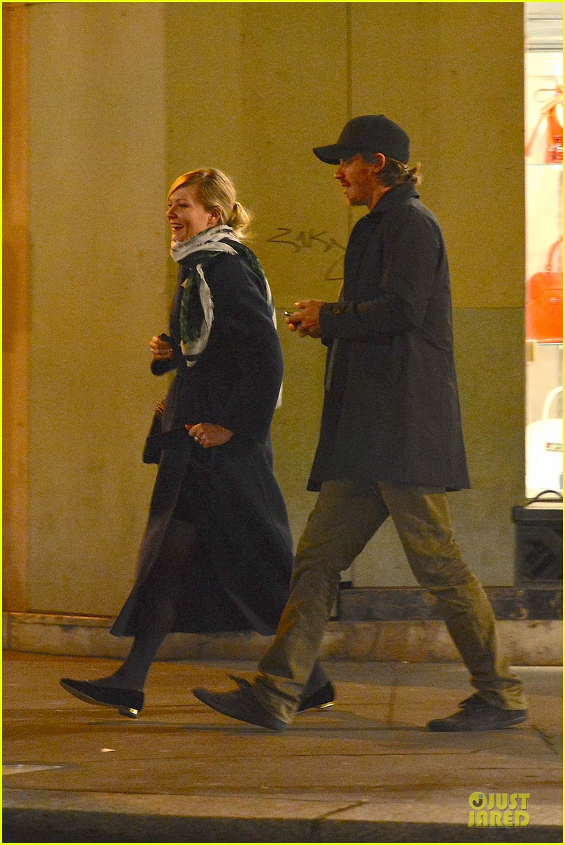 kirsten dunst garrett hedlund paris strolling couple 06