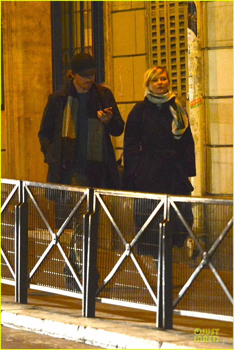 kirsten dunst garrett hedlund paris strolling couple 132825659