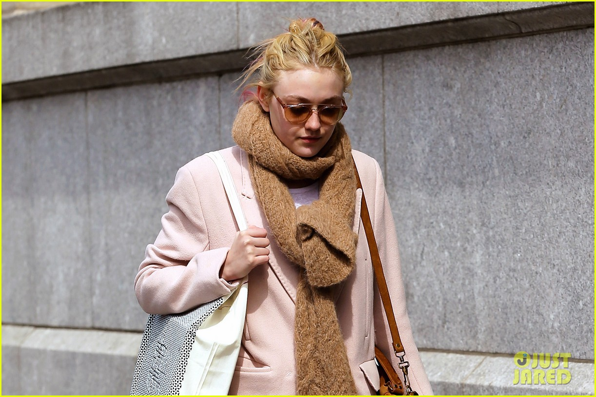 dakota fanning isabel marant shopper 01