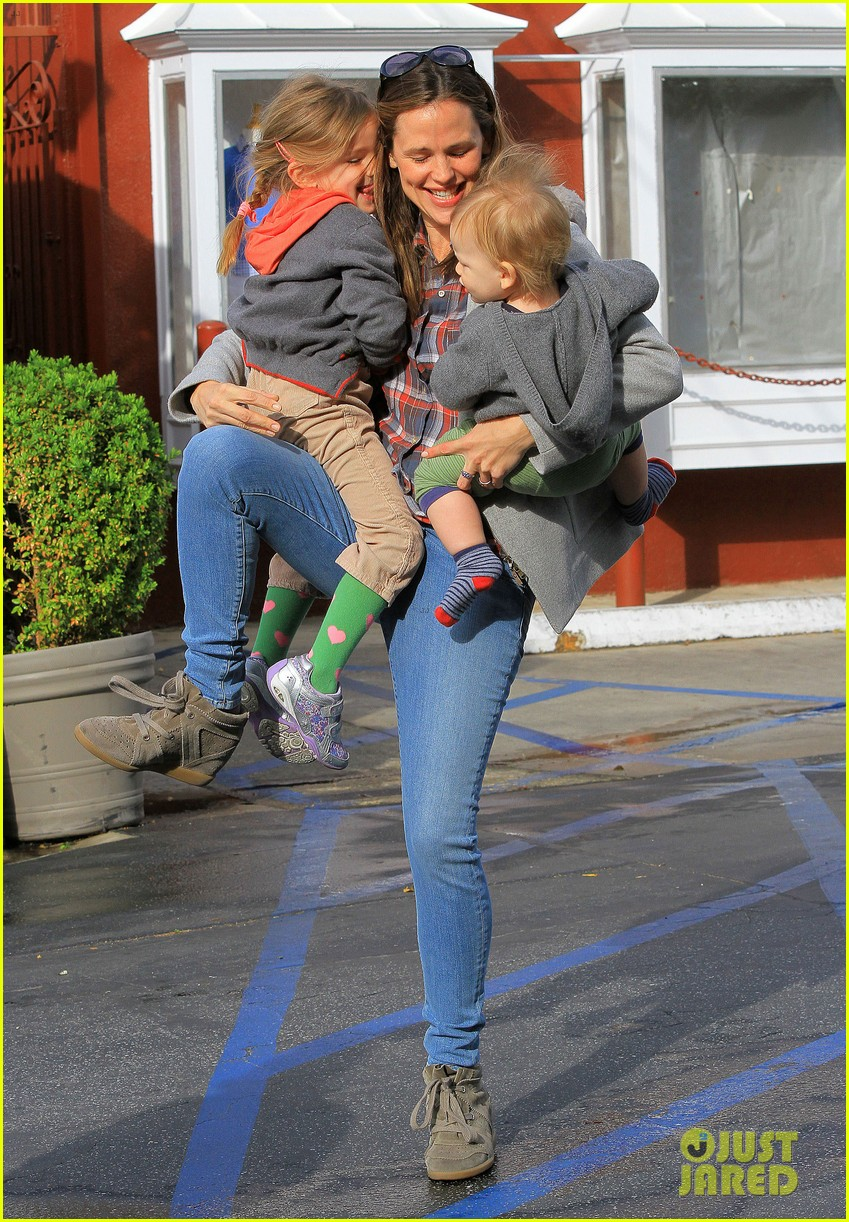 jennifer garner has her hands full with seraphina samuel 032826523