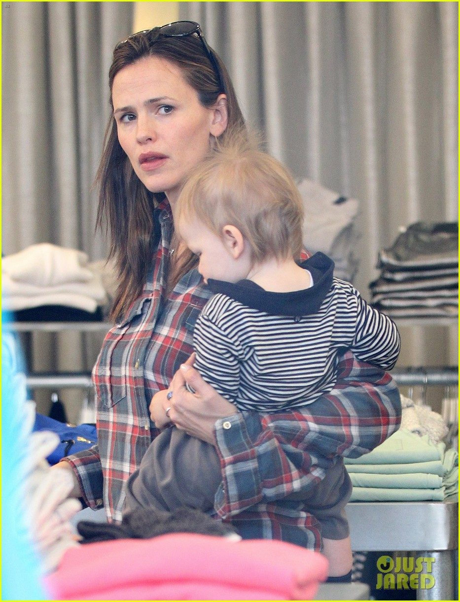 jennifer garner has her hands full with seraphina samuel 04