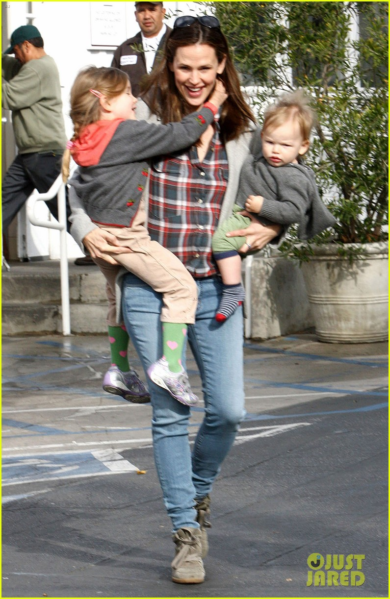 jennifer garner has her hands full with seraphina samuel 082826528