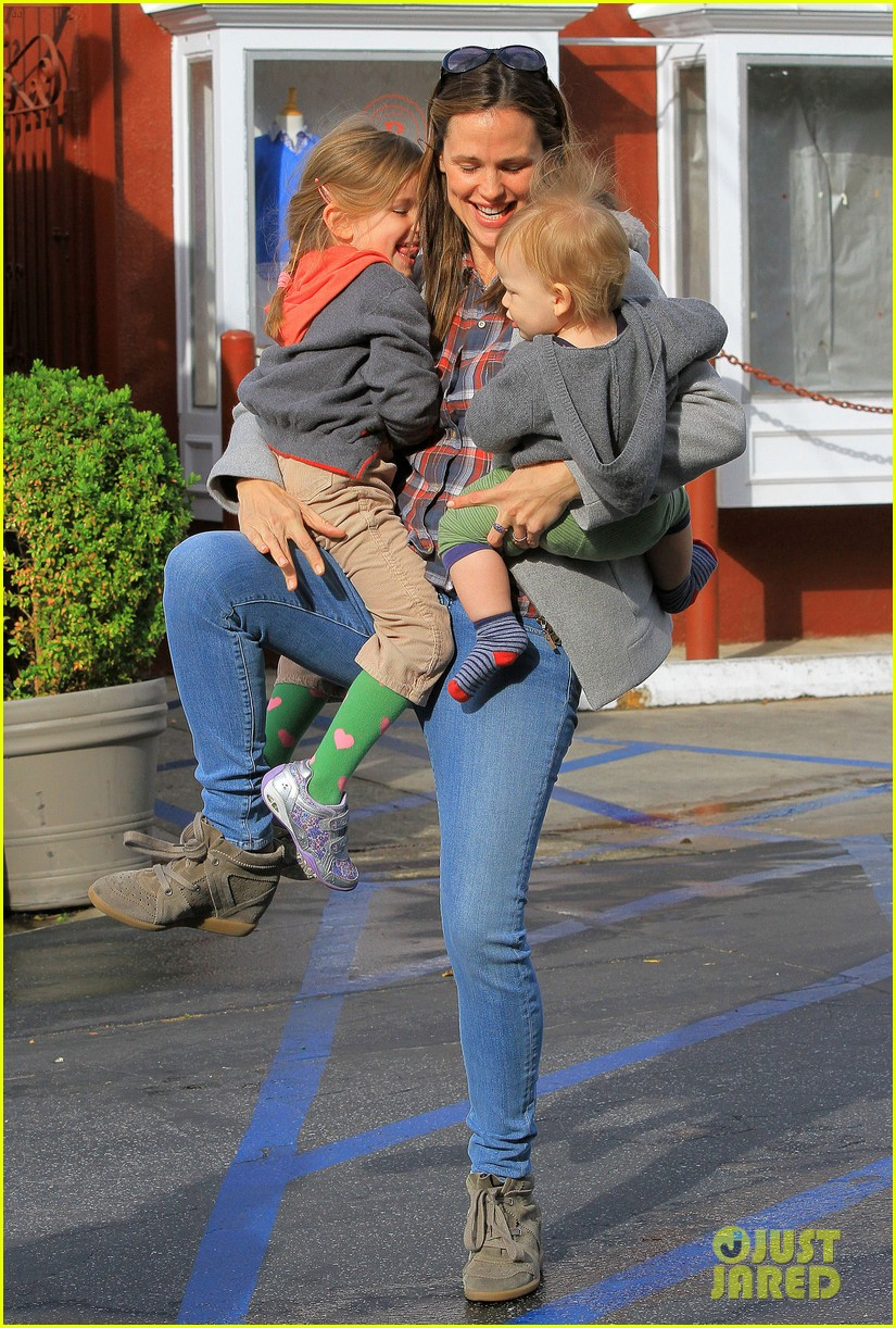 jennifer garner has her hands full with seraphina samuel 092826529