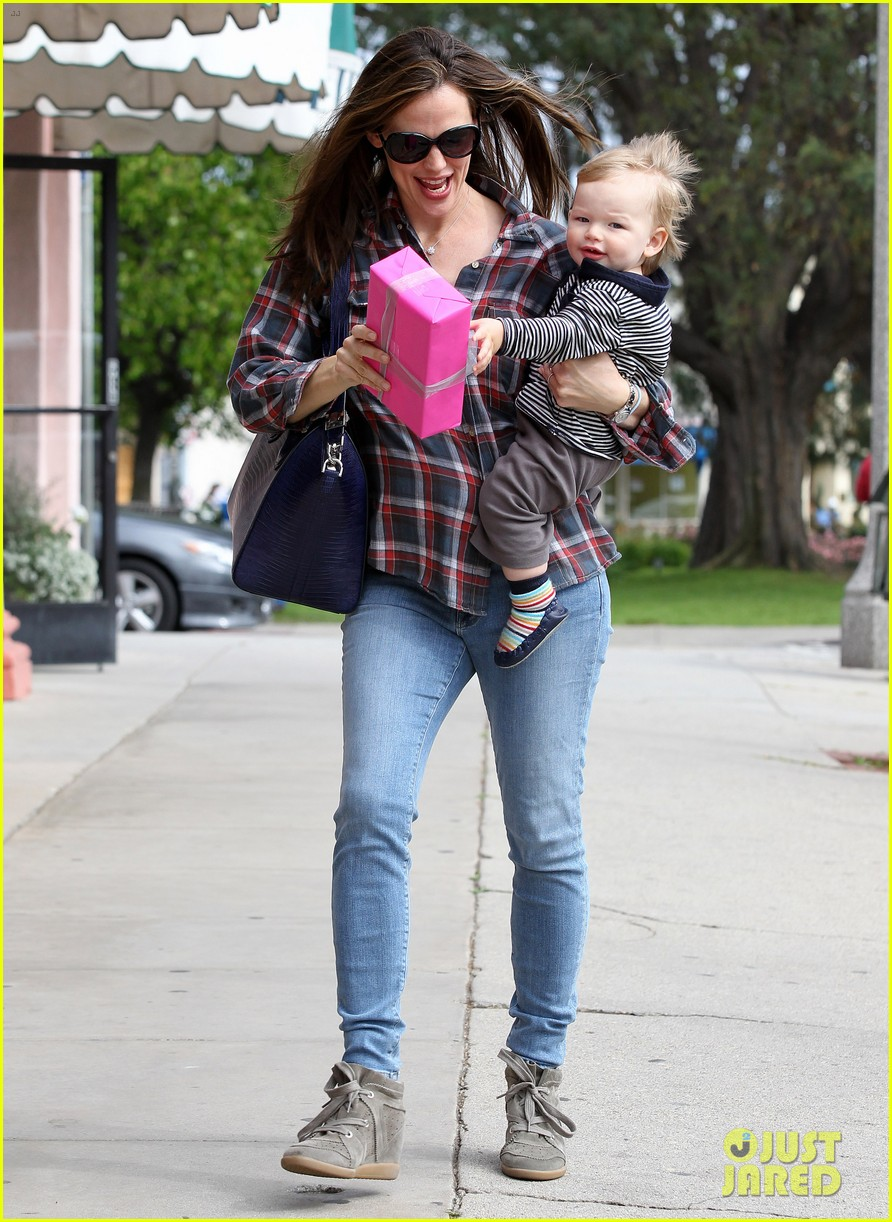jennifer garner has her hands full with seraphina samuel 152826535