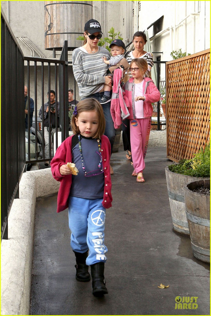 jennifer garner huckleberry breakfast with the kids 06