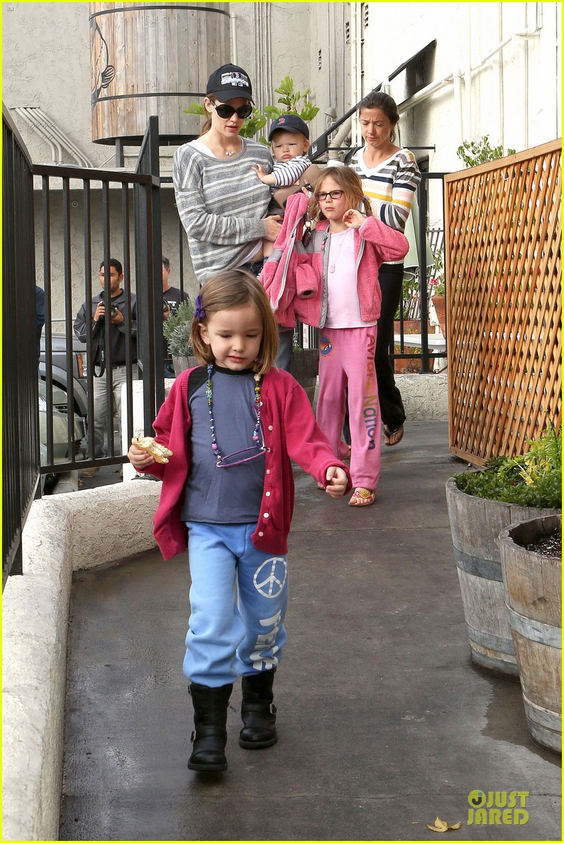 jennifer garner huckleberry breakfast with the kids 19