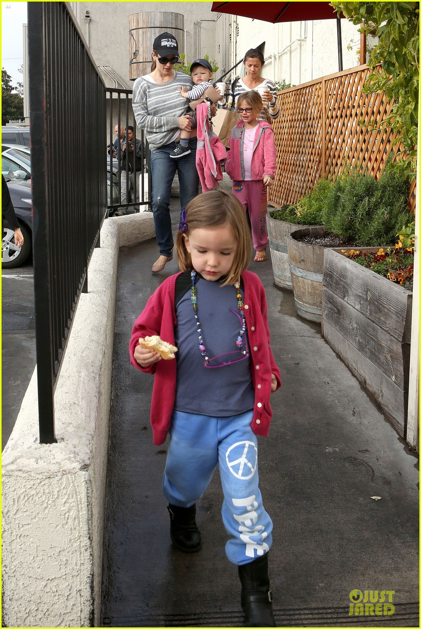 jennifer garner huckleberry breakfast with the kids 27