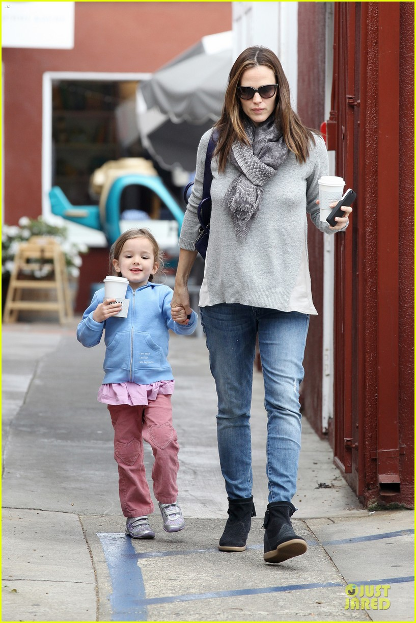 jennifer garner sepate brentwood country mart stops with the girls 08
