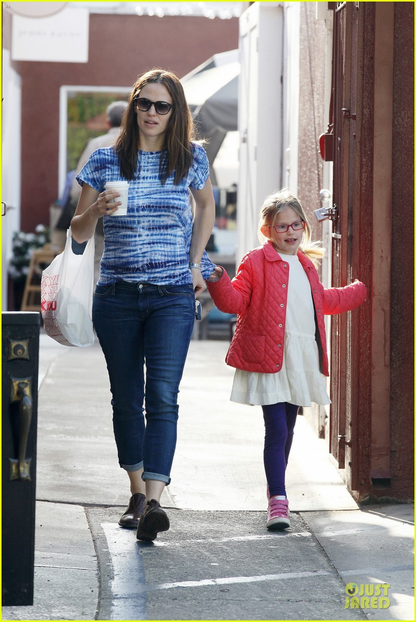 jennifer garner sepate brentwood country mart stops with the girls 212825853