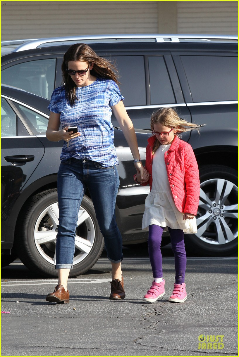 jennifer garner sepate brentwood country mart stops with the girls 222825854